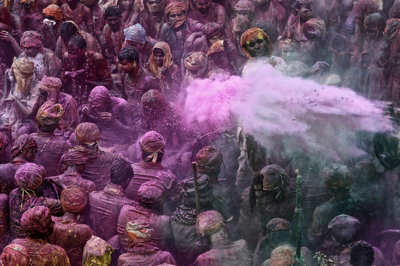Durant le festival de Holi, te du printemps et des couleurs, dans le temple de Barsana, les musiciens jouent sous un dŽluge d'eau colorŽe de pigments //  Musicians receive coloured powder during Holi festival celebrations in Barsana temple,  Uttar Pradesh, India, Asia